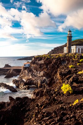 Carta da parati paesaggio vulcanico con faro vicino fabbrica sale Fuencaliente sull'isola di La Palma in Spagna