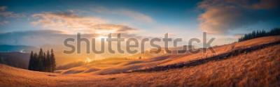 Carta da parati Panorama del tramonto in una valle di montagna dei Carpazi con meravigliosa luce dorata su una collina