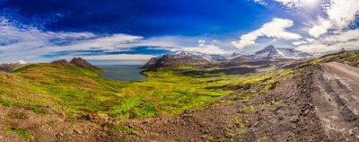 Carta da parati Panorama della valle con il mare Artico e le montagne in Islanda