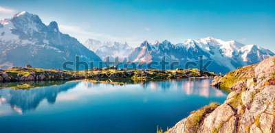 Carta da parati Panorama estivo colorato del lago Lac Blanc con Mont Blanc (Monte Bianco) su sfondo, posizione Chamonix. Bella scena all'aperto nella riserva naturale di Vallon de Berard, alpi di Graian, Francia,
