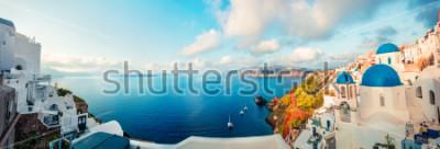 Carta da parati Panorama soleggiato mattina dell'isola di santorini. Località di soggiorno greca offamous di vista della molla Fira, Grecia, Europa. Sfondo del concetto di viaggio. Foto elaborata post