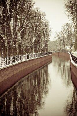 Carta da parati Parco con il fiume e terrapieno coperto di neve