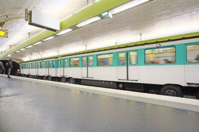 Carta da parati Paris, France 12 febbraio 2016: treno della metropolitana a Parigi, Francia. Metro è il trasporto molto popolare a Parigi