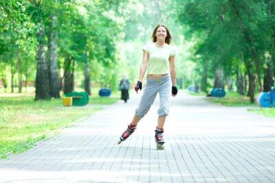 Carta da parati Pattini a rotelle ragazza sportiva nel parco rollerblade su pattini inline