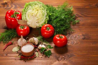 Carta da parati Pepe e pomodori con aglio su un tavolo in legno d'epoca con etichetta
