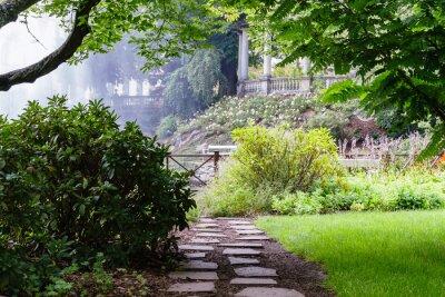 Carta da parati percorso abbastanza nel bel giardino estivo