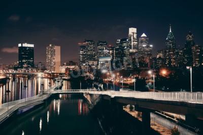Carta da parati Philadelphia skyline di notte con architettura urbana.