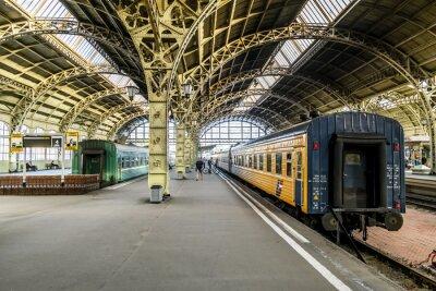 Carta da parati piattaforme il treno alla stazione Vitebsk station.Saint Pietroburgo.