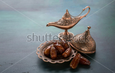 Carta da parati Piatto in bronzo con datario e lampada su fondo di legno verde scuro. Sfondo di Ramadan Kareem Ramadan.