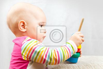 Carta da parati Piccolo bambino gioca con il giocattolo di legno