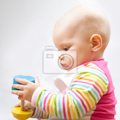 Carta da parati Piccolo bambino gioca con il giocattolo di legno, closeup ritratto