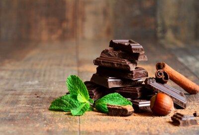 Carta da parati Pila di fette di cioccolato con foglia di menta, nocciola e cannella.