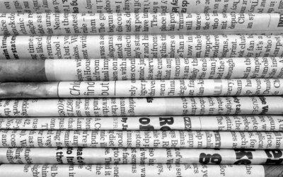 Carta da parati Pila di giornali in bianco e nero