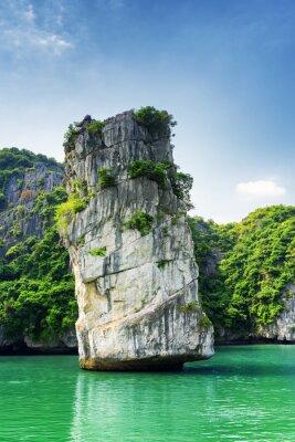 Carta da parati pilastro di roccia scenico e acque azzurre nella baia di Ha Long, Vietnam