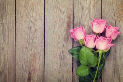 Carta da parati Pink roses bouquet over wooden table