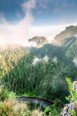 Carta da parati Poranek w górach. Mglisty krajobraz.