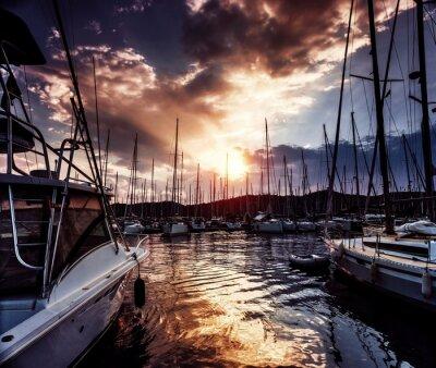 Carta da parati Porto degli yacht sul tramonto drammatico