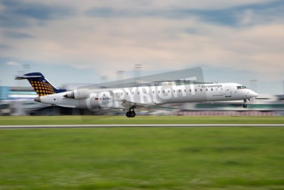 Carta da parati PRAGA, REPUBBLICA CECA - 13 MAGGIO: Eurowings Bombardier CRJ-900 NG atterra a PRG Aeroporto il 13 maggio, 2015. Eurowings è una compagnia aerea low-cost tedesca con sede a Dsseldorf.