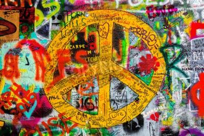 Carta da parati PRAGA, REPUBBLICA CECA - 21 MAGGIO 2015: segno di pace su Famous John Lennon Wall su Kampa di Praga pieno di Beatles ispirato testi graffiti e dal 1980.
