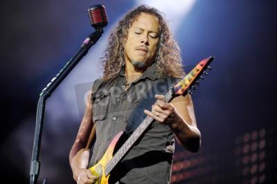 Carta da parati PRAGA, REPUBBLICA CECA - 7 MAGGIO 2012: Chitarrista Kirk Hammett di Metallica Durante una rappresentazione a Praga, Repubblica Ceca, 7 maggio 2012.
