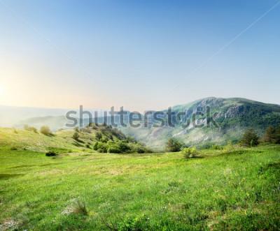 Carta da parati Prato verde sullo sfondo delle montagne della Crimea