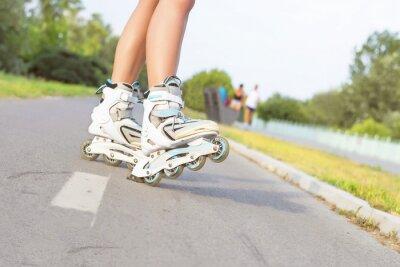 Carta da parati Primo piano di ragazza rollerblading nel parco. All'aperto, ricreazione, stile di vita, pattinaggio a rotelle.