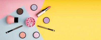 Carta da parati Prodotti di trucco e cosmetici decorativi su sfondo di colore piatto lay. Concetto di blogging di moda e bellezza. Formato web lungo per banner