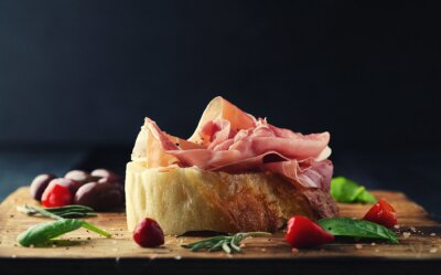 Carta da parati Prosciutto con pane su una tavola di legno con le olive