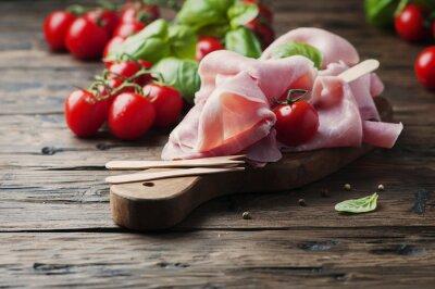 Carta da parati prosciutto tradizionale italiana con pomodoro e basilico sul legno