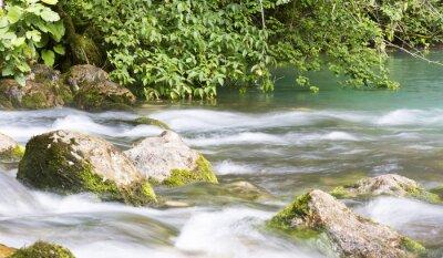 Carta da parati Pulire i flussi di fiume tra le montagne di Abkhazia.