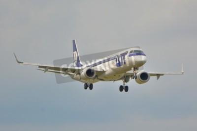 Carta da parati Questa è una vista di LOT Polish Airlines Embraer ERJ 195 aereo registrato come SP-LNA sulla Chopin di Varsavia. 16 settembre 2015.