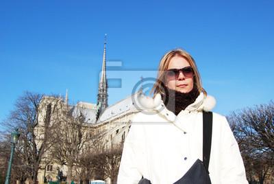 Carta da parati Ragazza bionda di fronte alla Cattedrale di Notre Dame.