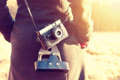 Carta da parati Ragazza con fotocamera retrò vintage.
