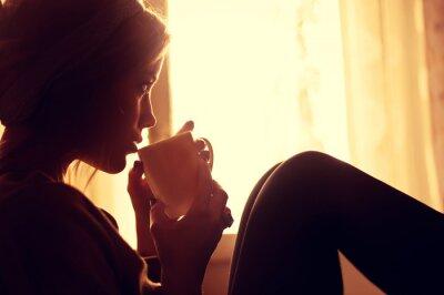Carta da parati ragazza e caffè al mattino