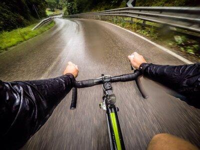 Carta da parati ragazzo in bicicletta con la pioggia. pov punto di vista originale