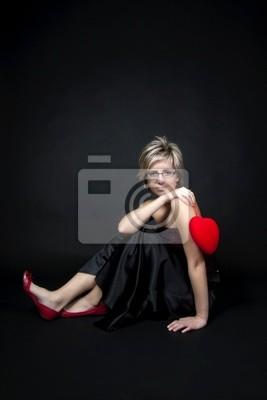Ritratto Di Donna Con Cuore Rosso Su Sfondo Nero Carta Da Parati