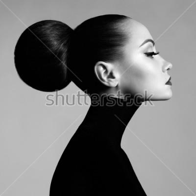 Carta da parati Ritratto in bianco e nero dello studio di arte di modo di bella donna elegante in dolcevita nero. I capelli sono raccolti in luce abbagliante. Stile balletto elegante
