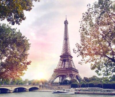Carta da parati Romantico sfondo del tramonto. Torre Eiffel con le barche sulla Senna a Parigi, Francia.