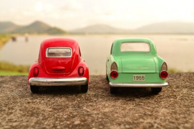 Carta da parati Rosso e verde auto giocattolo parco coppia sulla strada