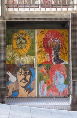 Carta da parati SALAMANCA, SPAGNA - CIRCA GIUGNO 2015: I ritratti di pop art di Beatles di Richard Avedon (1967) riprodotti su una porta del night club, con graffiti