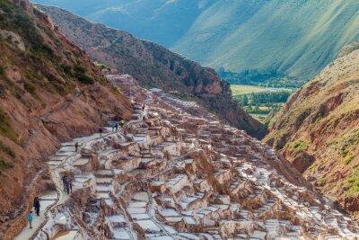 Carta da parati SALINAS, Perù - 21 maggio, 2015: turisti visitano le vaschette di estrazione del sale (Salinas) in Valle Sacra degli Incas, il Perù