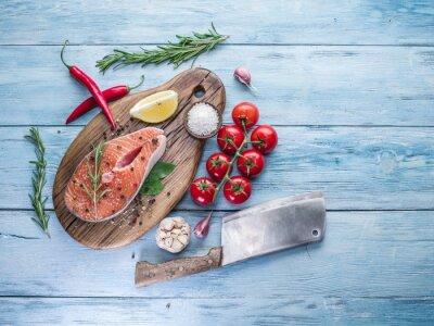Carta da parati salmone fresco sul tagliere.