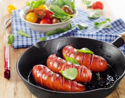 Carta da parati Salsicce fritto su una padella con verdure fresche.