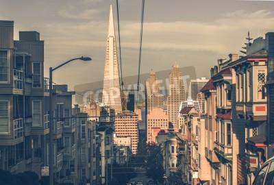 Carta da parati San Francisco Cityscape al tramonto con grattacieli in lontananza. San Francisco, California, Stati Uniti. Architettura di San Francisco nella classificazione dei colori dell'annata.