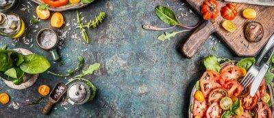 Carta da parati Sano vegetariano insalata facendo la preparazione con pomodori su fondo rustico, vista dall'alto, banner, copia spazio