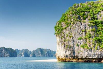 Carta da parati Scenic carsico torre-isle e spiaggia selvaggia bianca nella baia di Ha Long