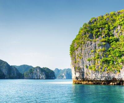 Carta da parati Scenic carsico torre-isola nella baia di Ha Long, Vietnam