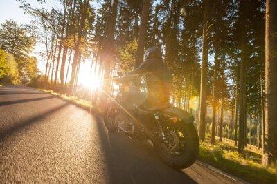 Carta da parati seduta L'uomo sulla moto sulla strada forestale.