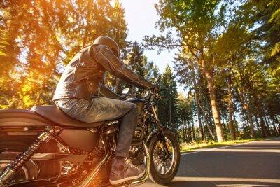 Carta da parati Seduta L'uomo sulla moto sulla strada nella foresta.