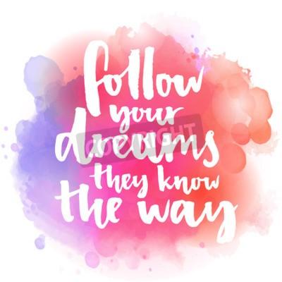 Carta da parati Segui i tuoi sogni loro conoscono la strada. citazione Inspirational sulla vita e l'amore. Moderna testo calligrafia, scritto a mano con pennello su sfondo rosa e arancio acquerello spruzzi con bokehs